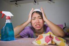 Junge recht überarbeitet und frustrierte asiatische chinesische Service-Mädchenfrau, die inländisches Reinigungs- und Reinigungsh stockfotografie