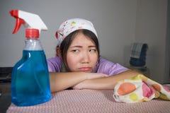 Junge recht überarbeitet und frustrierte asiatische chinesische Service-Mädchenfrau, die inländisches Reinigungs- und Reinigungsh lizenzfreies stockbild
