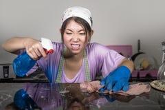 Junge recht überarbeitet und traurige asiatische chinesische Service-Mädchenfrau, die inländische das Reinigung und Umkippen der  lizenzfreies stockbild