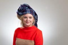Junge recht blond mit blauem Schal auf Kopf Stockfotografie