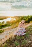 Junge recht blond und Sommersonnenuntergang Stockfoto