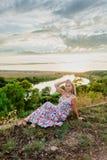 Junge recht blond und Sommersonnenuntergang Lizenzfreies Stockbild