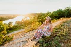 Junge recht blond und Sommersonnenuntergang Lizenzfreie Stockbilder