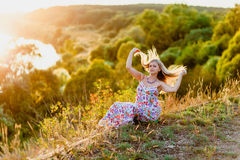 Junge recht blond und Sommersonnenuntergang Stockfotografie