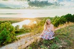 Junge recht blond und Sommersonnenuntergang Stockbild