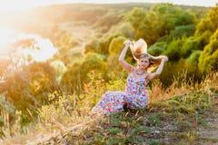 Junge recht blond und Sommersonnenuntergang Lizenzfreies Stockfoto