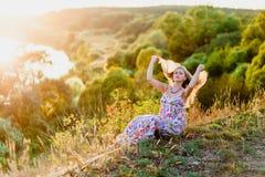 Junge recht blond und Sommersonnenuntergang Lizenzfreie Stockfotos