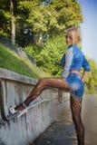 Junge-recht blonde Frau auf modische Denim-Mode Lizenzfreies Stockfoto