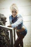 Junge-recht blonde Frau auf modische Denim-Mode draußen Stockfotos