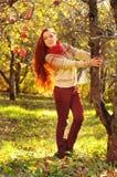 Junge redheaded Frau mit dem langen geraden Haar im Apfel Garde Lizenzfreie Stockbilder