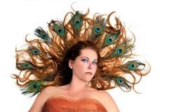 Junge Redheadfrau mit fantastischer Frisur Lizenzfreie Stockfotografie