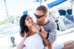 Junge, reiche und attraktive Paare auf einem Segelboot lizenzfreies stockfoto