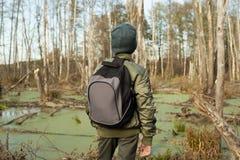 Junge-Reisender mit einem Rucksack Stockfoto