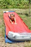 Junge reitet Wasserrutsche Lizenzfreies Stockbild