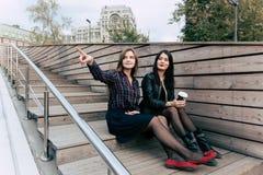 junge reizend Hippie-Mädchen betrachten die Landschaft der Stadt bei der Entspannung nachdem sie draußen in Wochenende geschlende Stockfotografie