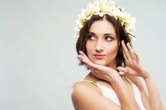 Junge reizende Frau in der Blumenkrone Stockfoto
