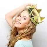Junge reizende Frau in der Krone Stockfotografie