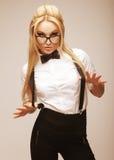 Junge reizende Frau mit Gläsern Stockfotografie
