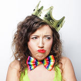 Junge reizende Frau mit Krone Lizenzfreie Stockbilder