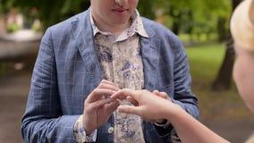 Junge reizende Paare, die in Sommer gehen Romantische Datierung oder lovestory stock footage