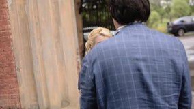 Junge reizende Paare, die in Sommer gehen Romantische Datierung oder lovestory stock video footage