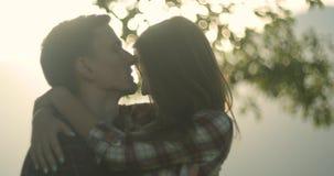 Junge reizende Paare in Karpatenberge Romantische Datierung oder lovestory am sonnigen Tag atmosph?risch 4K stock footage