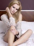 Junge reizvolle blonde Abnutzungsstrickjacke Lizenzfreies Stockfoto