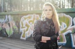 Junge reizvolle blonde Frau Lizenzfreie Stockfotos