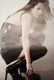 Junge reizvolle Dame im Rauche Stockbild