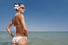 Junge reizvolle ein Sonnenbad nehmende Frau Stockfotografie