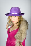 Junge reizvolle elegante Frau in einem Hut Lizenzfreie Stockfotos