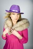 Junge reizvolle elegante Frau in einem Hut Lizenzfreies Stockfoto