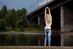 Junge reizvolle Frau in den Jeans Lizenzfreies Stockbild