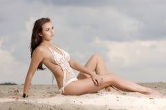 Junge reizvolle Frau der Art und Weise recht auf dem Strand Stockfoto