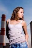 Junge reizvolle Frau in der Blue Jeans Lizenzfreie Stockfotos