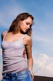Junge reizvolle Frau in der Blue Jeans Stockbilder