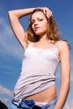 Junge reizvolle Frau in der Blue Jeans Lizenzfreies Stockbild