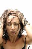 Junge reizvolle Frau, die im Regen aufwirft Lizenzfreie Stockfotografie