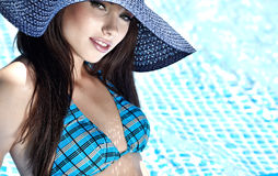 Junge reizvolle Frau im Pool Stockfotografie