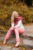 Junge reizvolle Herbstfrau im gelben Park Lizenzfreie Stockfotos