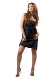 Junge reizvolle Schönheitsfrau in einem schwarzen Kleid Stockfotografie