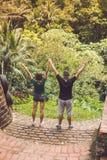 Junge romantische Flitterwochenpaare im Dschungelregenwald von einer Tropeninsel von Bali, Indonesien Lizenzfreie Stockfotos