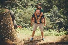 Junge romantische Flitterwochenpaare im Dschungelregenwald von einer Tropeninsel von Bali, Indonesien Stockbild