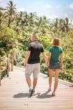 Junge romantische Flitterwochenpaare im Dschungelregenwald von einer Tropeninsel von Bali, Indonesien Lizenzfreies Stockbild