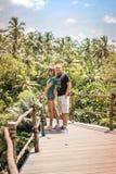 Junge romantische Flitterwochenpaare im Dschungelregenwald von einer Tropeninsel von Bali, Indonesien Lizenzfreies Stockfoto