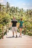 Junge romantische Flitterwochenpaare im Dschungelregenwald von einer Tropeninsel von Bali, Indonesien Stockfotos