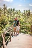 Junge romantische Flitterwochenpaare im Dschungelregenwald von einer Tropeninsel von Bali, Indonesien Lizenzfreie Stockbilder