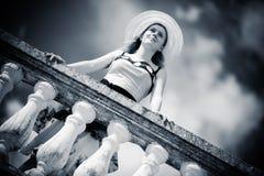 Junge romantische Frau, die am Geländer steht stockbilder