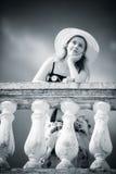 Junge romantische Frau, die am Geländer steht lizenzfreie stockbilder
