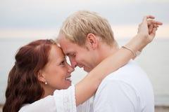 Junge romantische Paare auf dem Strand Lizenzfreies Stockbild